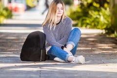 Внешний портрет молодой счастливой усмехаясь предназначенной для подростков девушки на естественном bac стоковое изображение rf