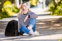 Внешний портрет молодой счастливой усмехаясь предназначенной для подростков девушки на естественном bac стоковое фото