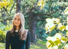 Внешний портрет моды женщины девушки милого битника винтажной в лесе Стоковая Фотография