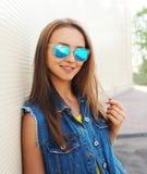Внешний портрет моды милой девушки в солнечных очках Стоковое Фото