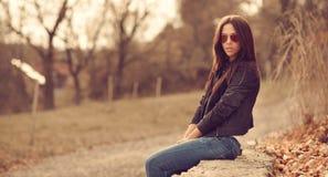 Внешний портрет моды молодой женщины брюнет в солнечных очках. Стоковое Изображение RF