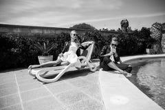 Внешний портрет моды молодых красивых пар связанный вектор Валентайн иллюстрации s 2 сердец дня Любовь венчание черная белизна Стоковые Изображения RF