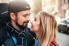 Внешний портрет моды стильных сексуальных пар целуя на заходе солнца на крене n утеса велосипедиста улицы города нося кожаном пол Стоковая Фотография