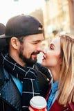 Внешний портрет моды стильных сексуальных пар целуя на заходе солнца на крене n утеса велосипедиста улицы города нося кожаном пол Стоковое фото RF