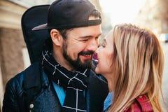 Внешний портрет моды стильных сексуальных пар целуя на заходе солнца на крене n утеса велосипедиста улицы города нося кожаном пол Стоковое Изображение RF