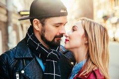 Внешний портрет моды стильных сексуальных пар целуя на заходе солнца на крене n утеса велосипедиста улицы города нося кожаном пол Стоковые Изображения RF
