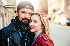Внешний портрет моды стильных сексуальных пар целуя на заходе солнца на крене n утеса велосипедиста улицы города нося кожаном пол Стоковое Изображение