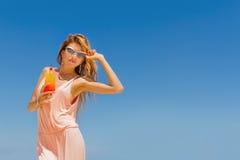 Внешний портрет наслаждаться женщины детенышей усмехаясь красивый солнечный стоковые изображения