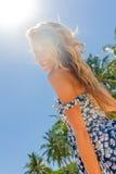 Внешний портрет наслаждаться женщины детенышей усмехаясь красивый солнечный стоковая фотография