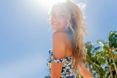 Внешний портрет наслаждаться женщины детенышей усмехаясь красивый солнечный стоковое фото rf