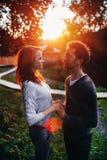 Внешний портрет образа жизни молодых пар в влюбленности стоя в старом парке на улице за заходом солнца стоковая фотография rf