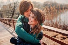 Внешний портрет образа жизни молодых счастливых пар Стоковые Изображения RF