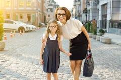 Внешний портрет родителя и детей на пути к школе Стоковое Фото