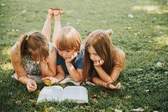 Внешний портрет 3 смешных детей Стоковые Изображения