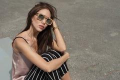 Внешний портрет солнечных очков молодой красивой модной счастливой дамы нося, в деревянной рамке Модель носит Стоковая Фотография