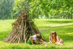 Внешний портрет 3 счастливых детей - мальчик и девушки - играть n стоковые изображения rf