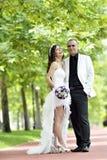 Внешний поцелуй жениха и невеста стоковое изображение