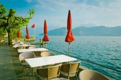Внешний ресторан над озером и горами на заднем плане Стоковое Изображение RF