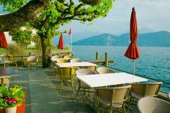 Внешний ресторан над озером и горами на заднем плане Стоковая Фотография RF