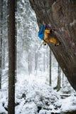 Внешний спорт зимы Альпинист утеса восходя трудная скала Весьма взбираться спорта стоковые фотографии rf