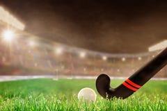 Внешний стадион хоккея на траве с ручкой и шариком, космосом экземпляра стоковая фотография rf