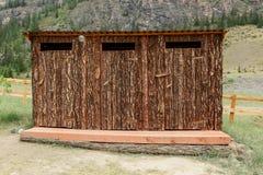 Внешний туалет сделанный из древесины в запасе Стоковое Изображение RF