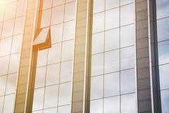 Внешний фасад современного стеклянного большого административного здания Стоковое Изображение RF