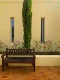 Внешний фасад дома сельской местности с деревьями и flowerbeds Стоковое Изображение