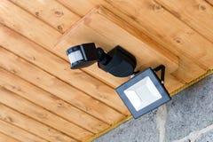 Внешний фонарик приведенный с датчиком движения Водостойкий уличный фонарь diod Сбережения электричества стоковое фото rf