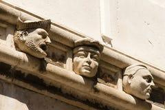 Внешний фриз с жизнью 71 определил размер головы на соборе ` s St Jakov стоковая фотография rf