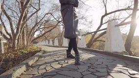 Внешний чувственный портрет молодой красивой стильной женщины при длинные темные волосы и сексуальные губы представляя на улице a сток-видео