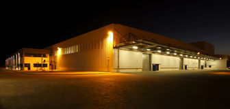 Внешний широкоформатный взгляд современного склада на ноче Стоковая Фотография