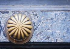 Внешняя винтажная ручка двери с бронзовым финишем на парадном входе старинного здания в Катании, Сицилии, Италии стоковое фото rf