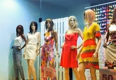 Внешняя витрина магазина с женщин-манекенами стоковые фото