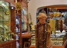 Внешняя витрина магазина с куклой в продуктах сделанных из янтаря Прага стоковое фото