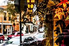 Внешняя витрина магазина украшенная с красивыми сияющими звездами стоковые изображения