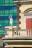 Внешняя деталь старого здания театра с современной архитектурой на предпосылке в Порт Луи, Маврикии стоковое фото rf