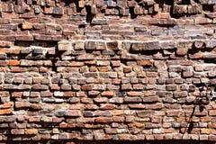 Внешняя кирпичная стена в старом южном городке Стоковое Фото