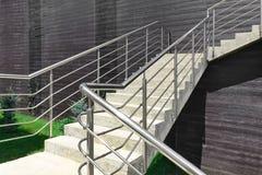 Внешняя конкретная лестница с поручнем нержавеющей стали Стоковые Изображения