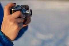 Внешняя концепция фотографии дилетанта, винтажная камера в руках Стоковое фото RF
