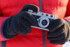 Внешняя концепция фотографии дилетанта, винтажная камера в руках Стоковые Изображения