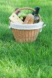 Внешняя корзина пикника с вином на лужайке Стоковое Фото