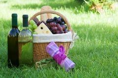 Внешняя корзина пикника с вином на лужайке Стоковое фото RF