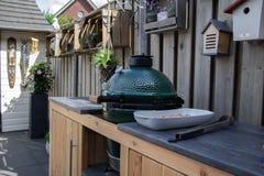 Внешняя кухня с зеленым яйцом и грилем BBQ стоковые изображения rf