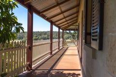 Внешняя палуба патио verandah коттеджа кирпича песчаника с частоколом Стоковое Фото