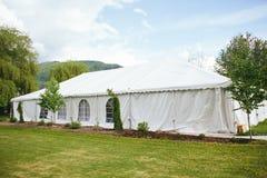 Внешняя свадьба шатра с горами Стоковое Изображение