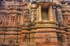 Внешняя стена руин виска и красиво высекаенная каменная скульптура индусского и Jain вероисповедания стоковые фотографии rf