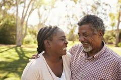 Внешняя съемка голов и плечи зрелых пар в парке Стоковые Фотографии RF