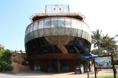 Внешняя съемка приставанного к берегу корабля на морском мире стоковая фотография rf