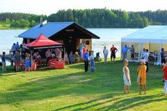 Внешняя твердая партия около озера в большом летнем дне Некоторые люди играя с автомобилями контролируемыми радио, некоторыми гов стоковое фото